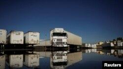 资料照片:墨西哥华雷斯城一家从事美墨货物运输的公司的运货车。(2019年12月10)