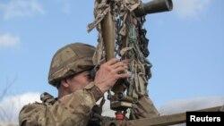 Pripadnik ukrajinskih oružanih snaga na osmatračnici u Donjecku (Foto: Rojters/Serhiy Takhmazov)