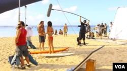 Filmación de una escena de Hawaii Five-O en una playa de las islas.