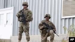 Dua anggota tentara koalisi AS-Afghanistan berjaga di Qalat, propinsi Kabul, Afghanistan (Foto: dok). Dr. Dilip Jospeh yang diculik Taliban dari distrik Sarobi propinsi Kabul ini, Rabu (5/12), berhasil diselamatkan oleh pasukan koalisi (8/12).