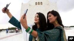 دو زن جوان در حاشیه روز استقلال پاکستان سلفی می گیرند.