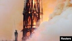Upaya petuga pemadam kebakaran menyelamatkan menara Katedral Notre Dame dari kobaran api mengalami kegagalan.