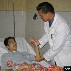 Bác sĩ Trần Hồng Nhật và anh Nguyễn Mạnh Hà