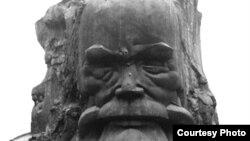 Tượng Phan Bội Châu cao 4,5 thước, nặng 7 tấn, ở Huế.