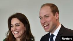Pangeran Williams (kanan) dan istrinya, Catherine, Duchess of Cambridge, di London, 10 Maret 2016 (Foto: dok).