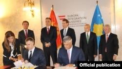 Crnogorski ministar spoljnih poslova Igor Lukšić i ministar spoljnih poslova Kosova Hašim Tači potpisuju sporazum u Beču, 26. avgusta 2015.