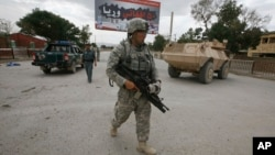 一名美國士兵在阿富汗帕克蒂亞省街頭巡邏