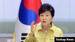 박근혜 한국 대통령이 8일 범정부 메르스 대책지원본부 상황실을 방문, 중동호흡기증후군(메르스) 대응 추진상황 점검회의를 주재하고 있다.