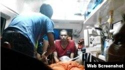 Các nhân viên Cơ quan Thực thi luật hàng hải Malaysia (MMEA) đang cấp cứu cho nạn nhân bị thương.