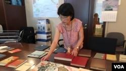 미 의회도서관 한국과의 소냐 리 사서가 도서관 소장 북한 희귀 문서들을 소개하고 있다.