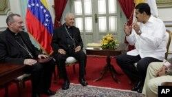Foto de archivo de una reunión del arzobispo de Venezuela, Diego Rafael Padrón, el nuncio apostólico Pietro Parolin y el presidente Maduro en el Palacio de Miraflores, en 2014.