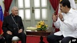 Monseñor Diego Padrón (izquierda), presidente de la Conferencia Episcopal Venezolana, conversa con el presidente Nicolás Maduro.