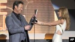 Taylor Swift entrega el premio ACM como artista masculino del año a Blake Shelton.