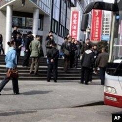 便衣警察周日聚集在守望教会呼吁聚会的地点附近