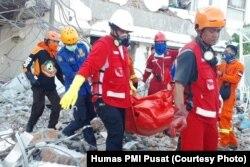 Tim PMI mengevakuasi mayat perawat RS Ananta Pura, Palu, Kamis 4 Oktober 2018 (Courtesy - Humas PMI Pusat)
