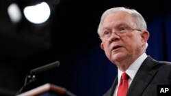 Jaksa Agung, Jeff Sessions, berbicara di sebuah konferensi media untuk mengumumkan penegakkan undang-undang kejahatan menyangkut China, di Departemen Kehakiman di Washington, 1 November 2018 (foto: AP Photo/Pablo Martinez Monsivais)