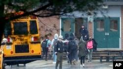 警察把发生了枪击事件的马里兰州大磨坊高中的学生转移走。(2018年3月20日)