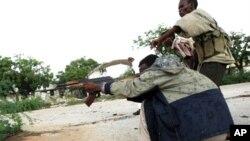 索马里青年党的民兵在摩加迪沙向政府军开枪(资料照片)