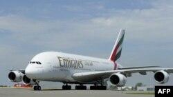 Pesawat Airbus A380 milik Emirates Airline di bandara Schiphol, Amsterdam (foto: ilustrasi).