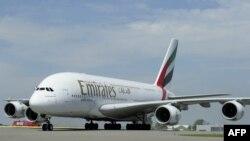 Pesawat superjumbo Airbus A380 milik Emirates Airline (foto: ilustrasi). Airbus melakukan PHK besar-besaran karena kurang lakunya A380, jet penumpang terbesar di dunia.