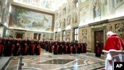 Ðức Giáo Hoàng phát biểu trước các vị hồng y tại điện Vatican trước khi đáp trực thăng và bay tới nơi nghỉ dưỡng, ngày 28/2/2013.