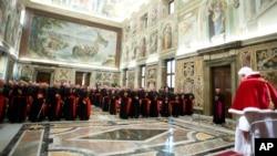 28일 사임하는 교황 베네딕토 16세가 바티칸에서 추기경들에게 고별사를 하고 있다.