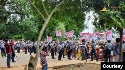 ေက်ာက္မဲၿမိဳ႕မွာ ေဒသခံေတြ ကန္႔ကြက္ဆႏၵျပေနၾကတဲ့ ျမင္ကြင္း။ (ဓာတ္ပံု - Tai Freedom - Burmese Version - ဇူလိုင္ ၁၀၊ ၂၀၂၀)