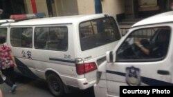 """謝文飛、王默""""煽顛案""""庭審法庭外多輛警車戒備 (博訊圖片)"""