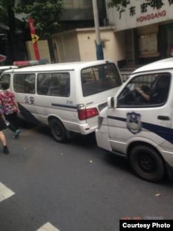 """谢文飞、王默""""煽颠案""""庭审法庭外多辆警车戒备(博讯图片)"""