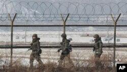 북한의 3차 핵실험 직후인 지난 14일 판문점 인근 지역을 순찰하는 한국군 병사. (자료사진)