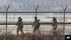 Tentara Korea Selatan berpatroli di sepanjang pagar perbatasan berkawat duri di zona demilitarisasi Panmunjom, Paju, Korea Selatan (Foto: dok). Korut mengancam akan mengabaikan kesepakatan gencatan senjata dengan Korsel apabila Korsel meneruskan latihan perangnya dengan AS, Selasa (5/3).