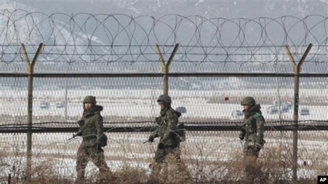 Binh sĩ Nam Triều Tiên tuần tra dọc hàng rào kẽm gai gần khu phi quân sự Panmunjom ở Paju, ngày 14/2/2013.