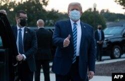 صدر ٹرمپ اسپتال سے ڈسچارج ہوئے تو انہوں نے ماسک پہن رکھا تھا۔ وائٹ ہاؤس پہنچے کے فوری بعد انہوں نے ماسک اتار کر الگ رکھ دیا۔