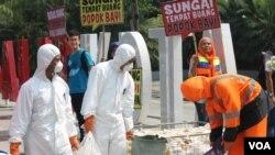 Aktivis lingkungan membawa sampah popok dalam aksi di di depan Balai Kota Surabaya beberapa waktu lalu. (Foto: VOA/Petrus Riski)