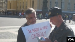 Полиция проверяет участника одиночного пикета на Дворцовой площади. Санкт-Петербург. 25 августа 2013 г.