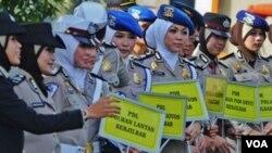 Mabes Polri mengesahkan peraturan yang membolehkan para anggota Polwan beragama Islam mengenakan penutup kepala jilbab atau hijab (foto: VOA/Andylala).