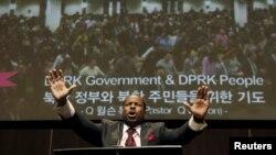 지난해 12월 캐나다 토론토 큰빛교회에서 윌슨 목사가 북한 주민의 자유를 위한 기도를 하고 있다. 이 교회의 한국계 캐나다인 임현수 담임목사는 지난해 1월 북한에서 억류돼 국가전복음모 혐의로 무기 노동교화형을 선고 받고 복역 중이다. (자료사진)