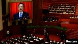 중국 전국인민대표대회가 5일 베이징 인민대회당에서 개막한 가운데, 리커창 총리가 업무 보고 내용이 화면에 중계되고 있다.