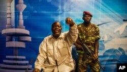 Le général Kwame Lougue de l'armée, au centre, dans les studios de la télévision d'Etat après la chute du président Blaise Compaoré à Ouagadougou, Burkina Faso, 2 novembre 2014. (AP /Theo Renaut)