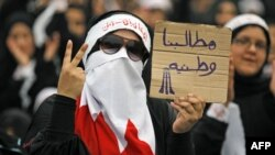Phụ nữ Shia biểu tình tại làng Diraz cầm biểu ngữ với hàng chữ 'Các đòi hỏi của chúng tôi là là cho đất nước'