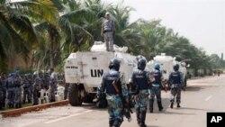 Des policiers et soldats onusiens protégeant le Golf Hotel d' Abidjan, siège du gouvernement Ouattara