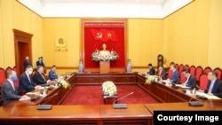 美国蓬佩奥与越南公安部长苏林2020年10月30日在河内举行会谈(越南新闻社照片)