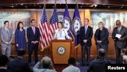 Chủ tịch Hạ viện Hoa Kỳ Nancy Pelosi loan báo bổ nhiệm các thành viên ủy ban đặc tuyển điều tra vụ tấn công Điện Capitol ngày 6 tháng 1 trong một cuộc họp báo ở Washington, ngày 1 tháng 7, 2021. Dân biểu Stephanie Murphy (thứ hai, từ trái) là một trong các thành viên.