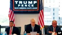 ທ່ານ Donald Trump ຜູ້ສະໝັກເປັນປະທານາທິບໍດີ ໃນເວລານັ້ນ ເຂົ້າຮ່ວມ ການສົນທະນາໂຕະມົນ ກັບເຈົ້າໜ້າທີ່ ຄວາມໝັ້ນຄົງແຫ່ງຊາດ ຢູ່ຫ້ອງການຂອງທ່ານ ທີ່ຕຶກ Trump Tower ໃນນະຄອນນິວຢອກ.