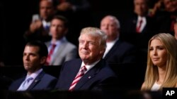 20일 미국 오하이오주 클리블랜드에서 진행된 공화당 전당대회에서 도널드 트럼프(가운데) 대통령 후보가 아들 트럼프 주니어(왼쪽), 딸 이반카와 함께 아들 에릭의 연설을 듣고 있다.