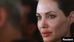 Entre lágrimas, la actriz relató a la prensa algunas de las historias con las que se encontró al conversar con los refugiados.