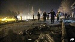 کابل میں خودکش کار بم دھماکے کے بعد سکیورٹی اہلکار جائے وقوع کا معائنہ کر رہے ہیں