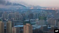 북한 평양의 공장에서 솟아오르는 연기. (자료사진)
