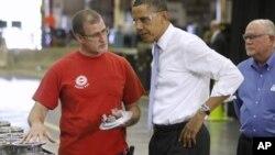 Shugaba Barack Obama na Amurka yake magana da wasu ma'aikatan wani kamfani a jihar Indiana.