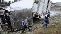 Múltiples tornados en el área de Dallas-Fort Worth en Texas, provocaron graves daños en un estacionamiento de camiones de carga.